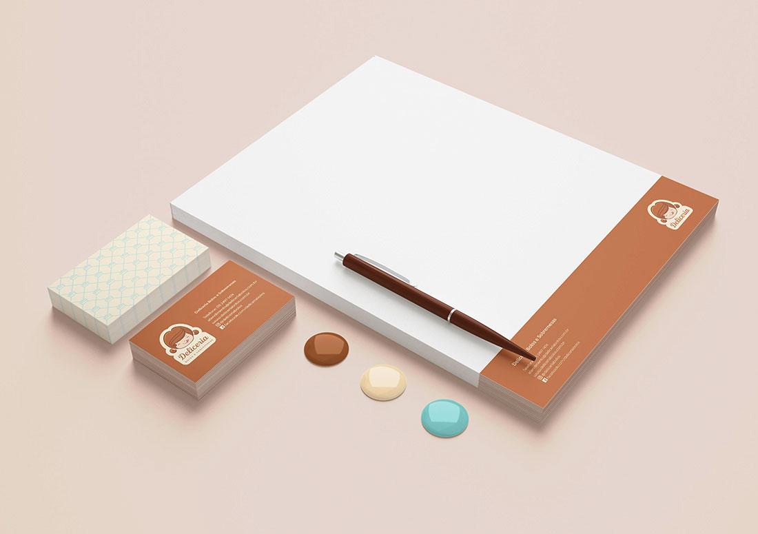 imagem de papelaria institucional com timbrado, cartão de visitas e caneta