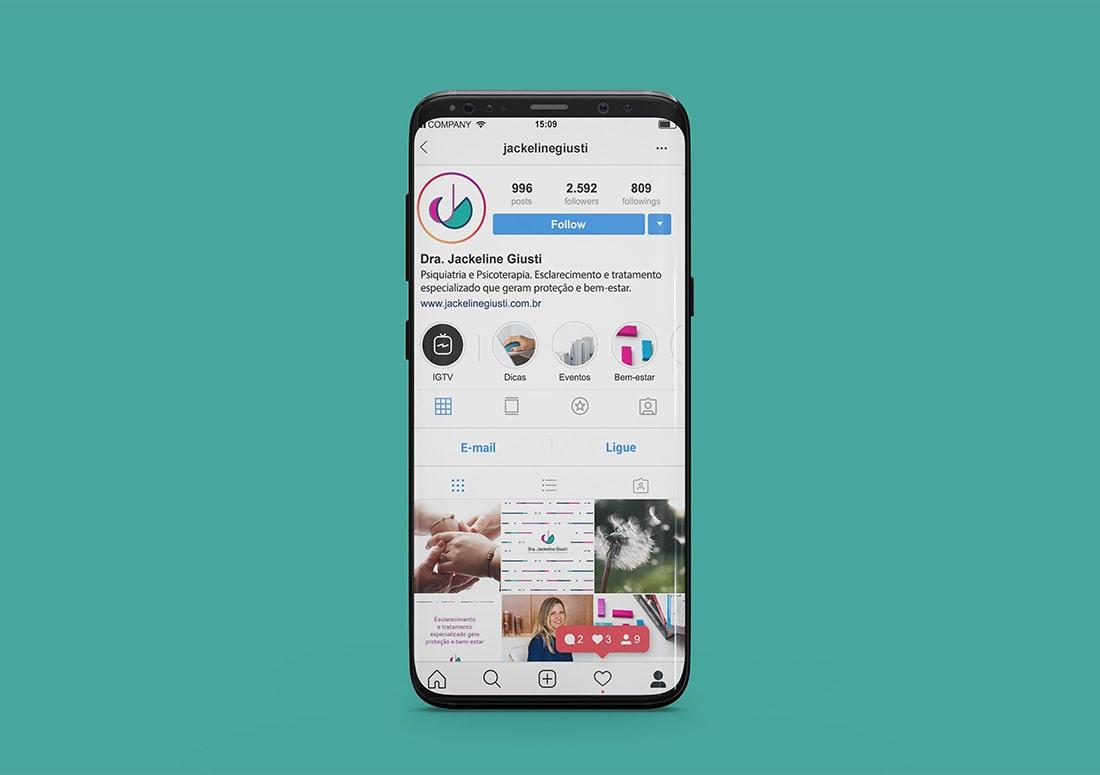 Imagem de celular com uma simulação de Instagram profissional