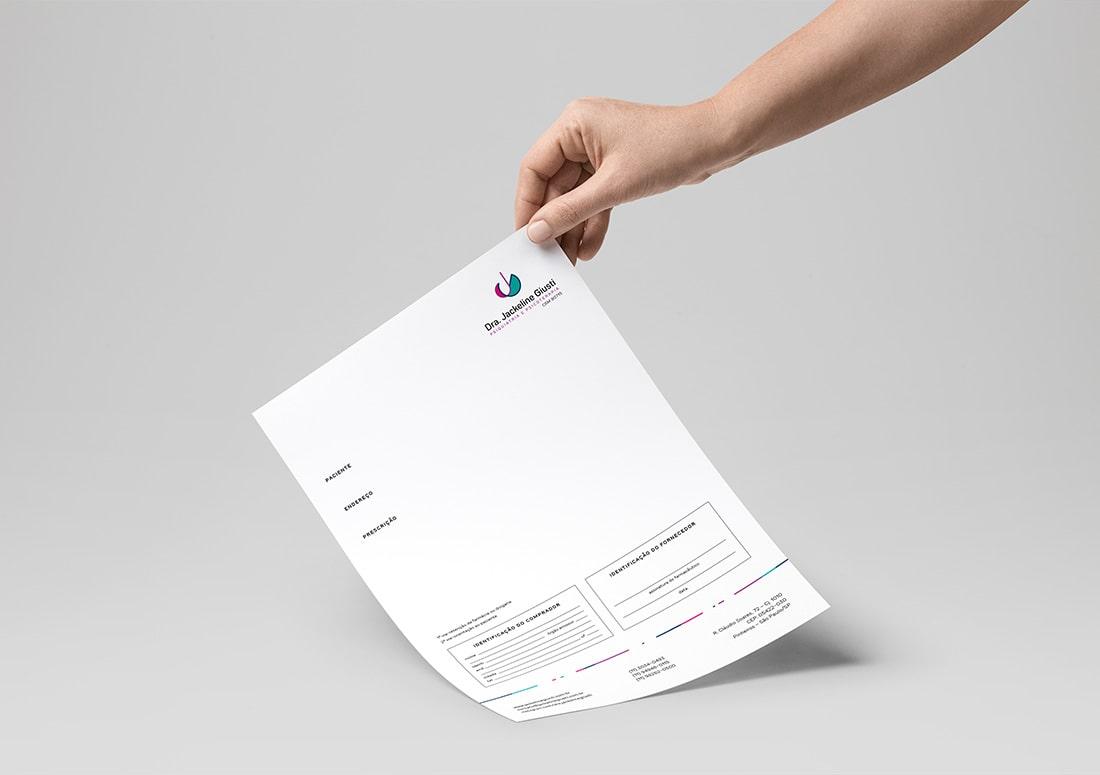 Imagem de mão segurando um receituário médico personalizado