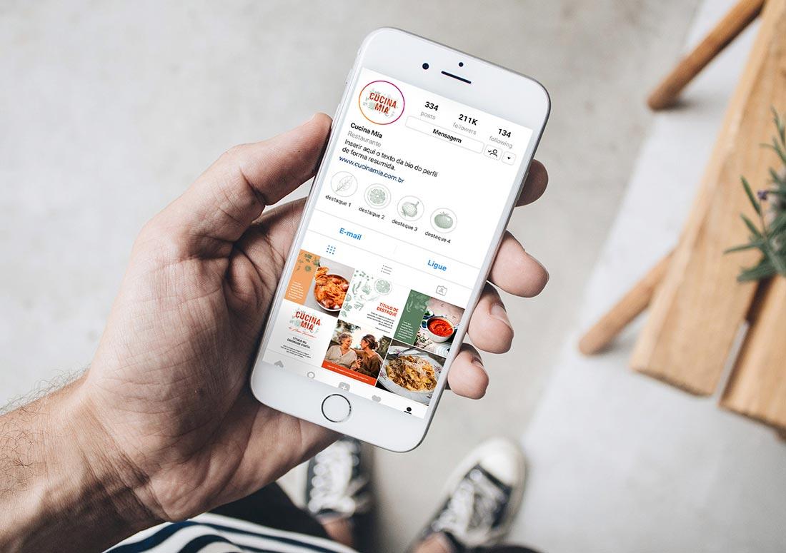 imagem de mão segurando um celular que mostra perfil do Instagram Cucina Mia