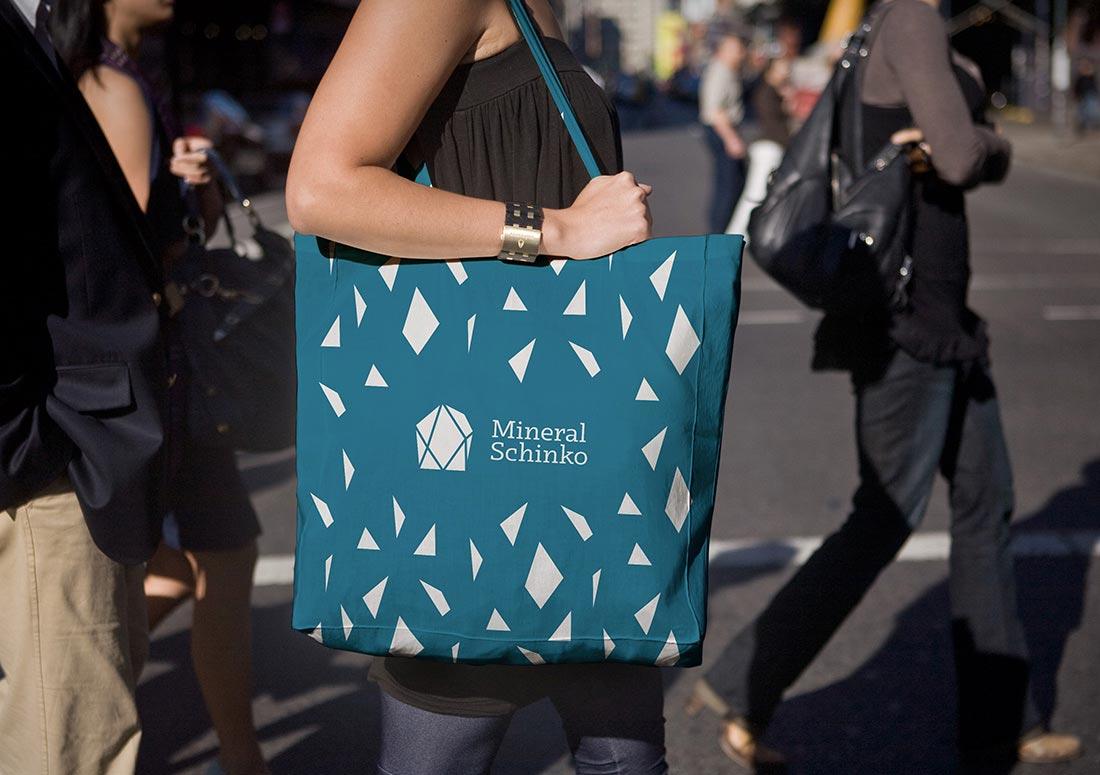 imagem de mulher com uma ecobag personalizada no ombro